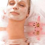 Bad und eine beruhigende Gesichtsmaske